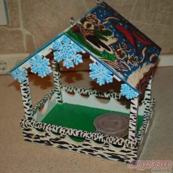 Как украсить деревянную кормушку для птиц своими